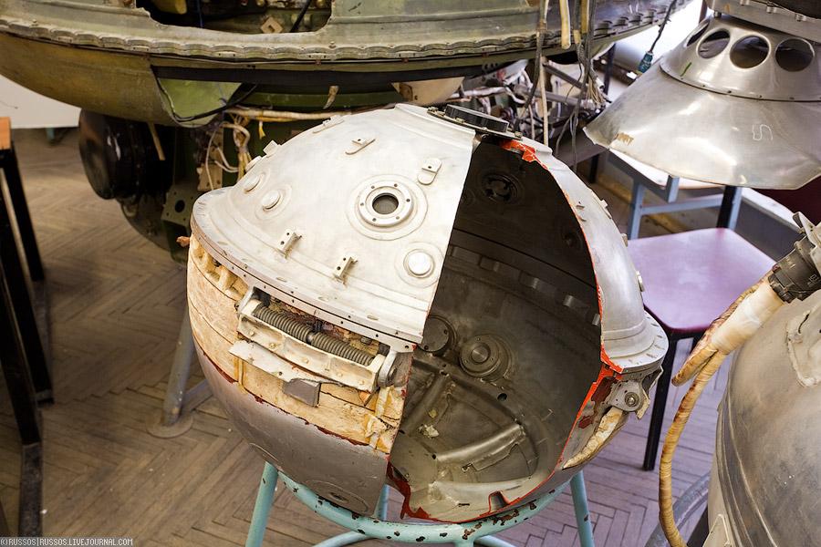 Слева направо: спускаемый аппарат марсианской программы, спускаемый аппарат Луны-9 и часть АМС Луны-9.