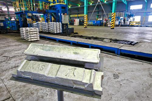 ...производства алюминия заключается в получении безводного, свободного от примесей оксида алюминия (глинозёма)...