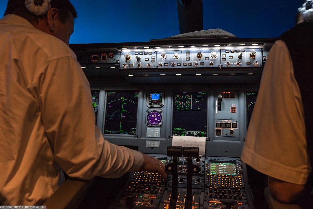 На два боковых экрана можно вывести все, что угодно.  Картинку с видеокамер, документацию и схемы аэропортов.